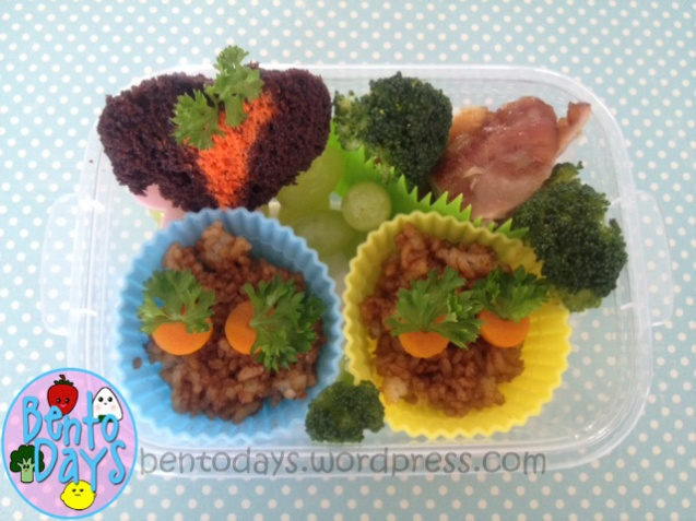 Cute lunch bento for kids - Carrot patch lunch bentos for spring, carrots in rice and carrot patch cupcake.