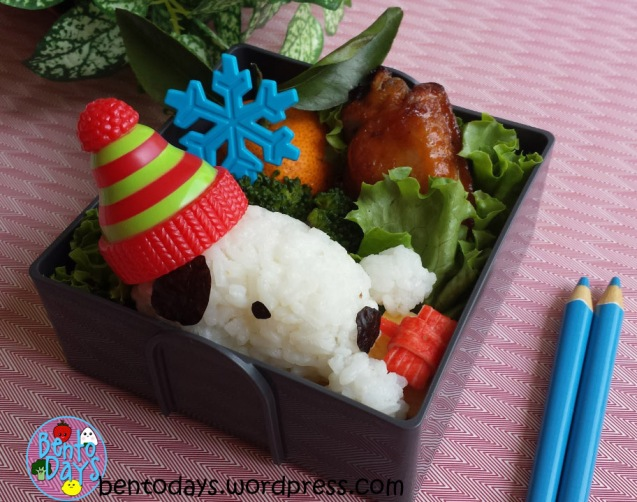 Christmas bento: Snoopy holding Christmas present | Bento Days