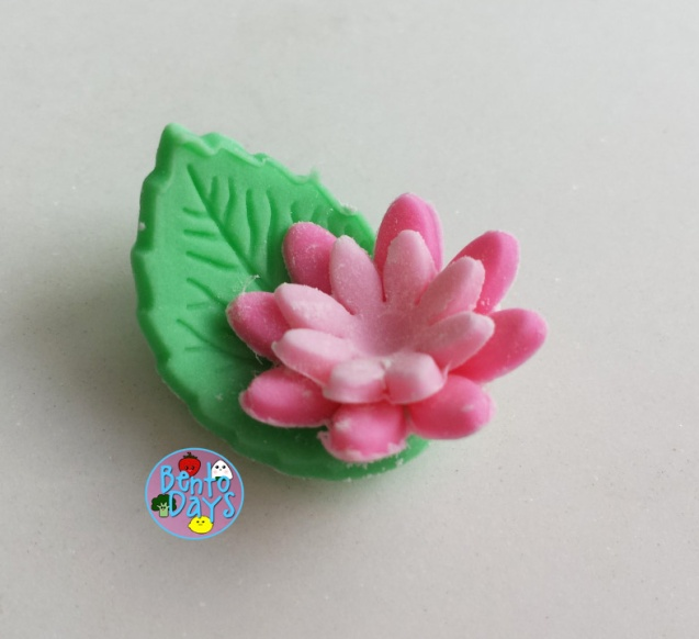 Easy gumpaste flowers and leaves | Bento Days