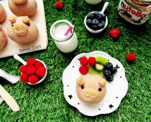 Piggy bread buns for picnic