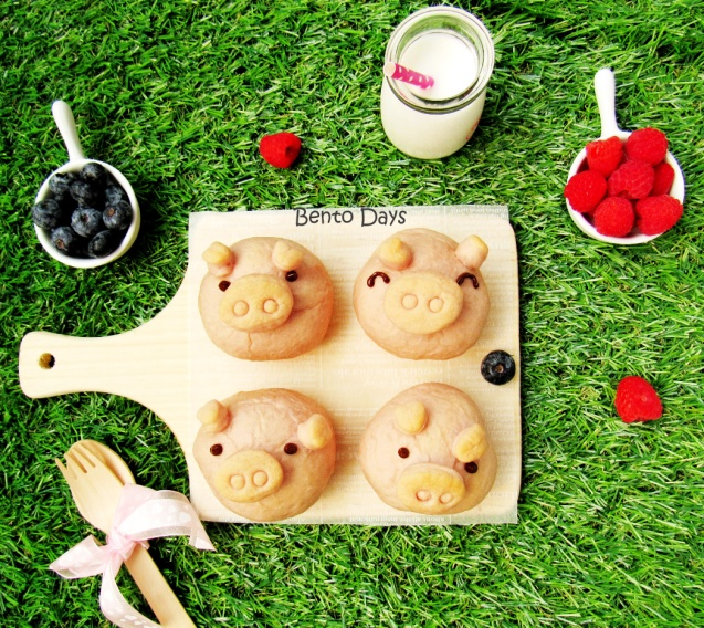 Piggy bread buns for picnic